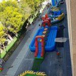 vista de atracciones montadas en las fiestas del barrio