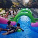 Niños tirándose por el monster slide