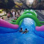 Niños deslizándose por el Monster Slide divertidos