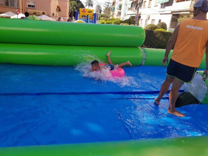 Niño divirtiéndose en el monster slide