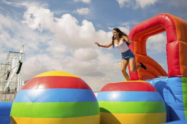 Pon a prueba tu rapidez y equilibrio con el salta bolas.