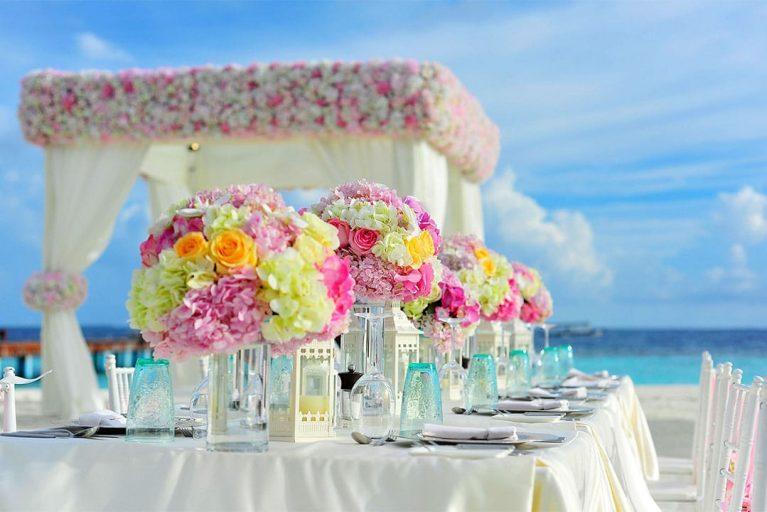 Alquiler de sillas y mesas para todos tus eventos más especiales.