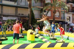 Barredora infantil con hinchable de seguridad para cumpleaños en Alicante