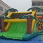 Castillo con tobogán hinchable para fiestas infantiles