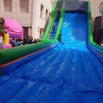 Tobogán con tirolina hinchable para fiestas infantiles