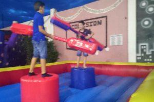 Juego infantil, lucha de gladiadores para cumpleaños